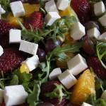 Rukola z owocami i malinowym winegret