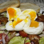Jajko na miękko na bekonie i sałacie