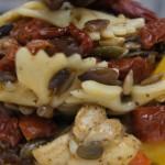 Sałatka z makaronem, suszonymi pomidorami i kurczakiem