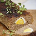 Wielkanocna pieczeń z jajkiem i sosem chrzanowym