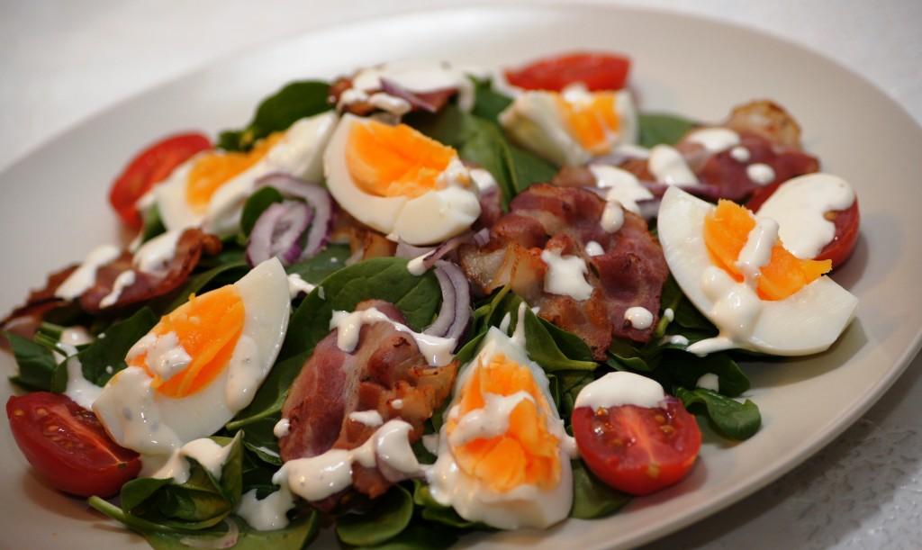 Salatka ze szpinaku z jajkiem