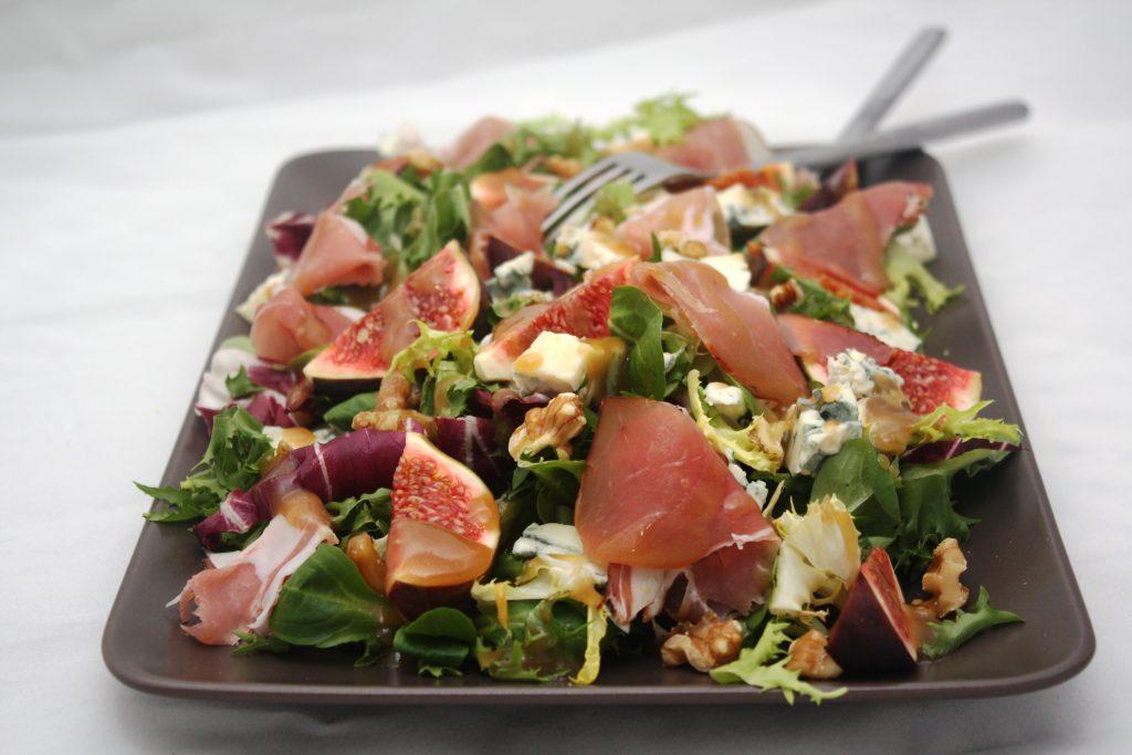 Sałata z serem pleśniowym i szynką włoską