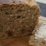 Chleb na zakwasie z ziarnami, suszonymi pomidorami i oliwkami