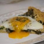 Tarta z jajkami sadzonymi i jarmużem