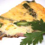 Frittata ze szparagami i złotym serem pleśniowym