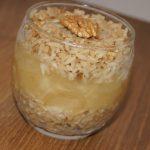 Deser z brązowego ryżu z orzechami i musem jabłkowym